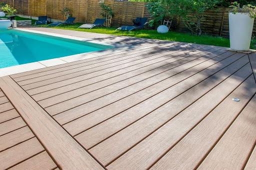 4 lý do chúng ta nên lắp đặt sàn gỗ bể bơi